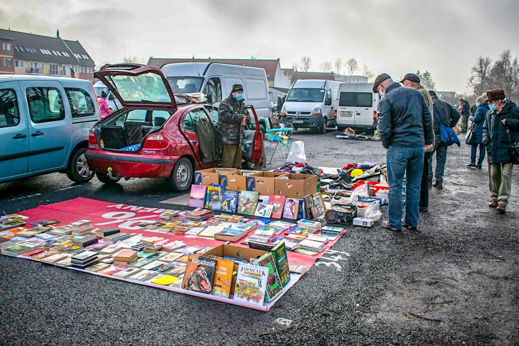 Horváth Gyula könyvekkel, táskákkal és ruhákkal megpakolt standja