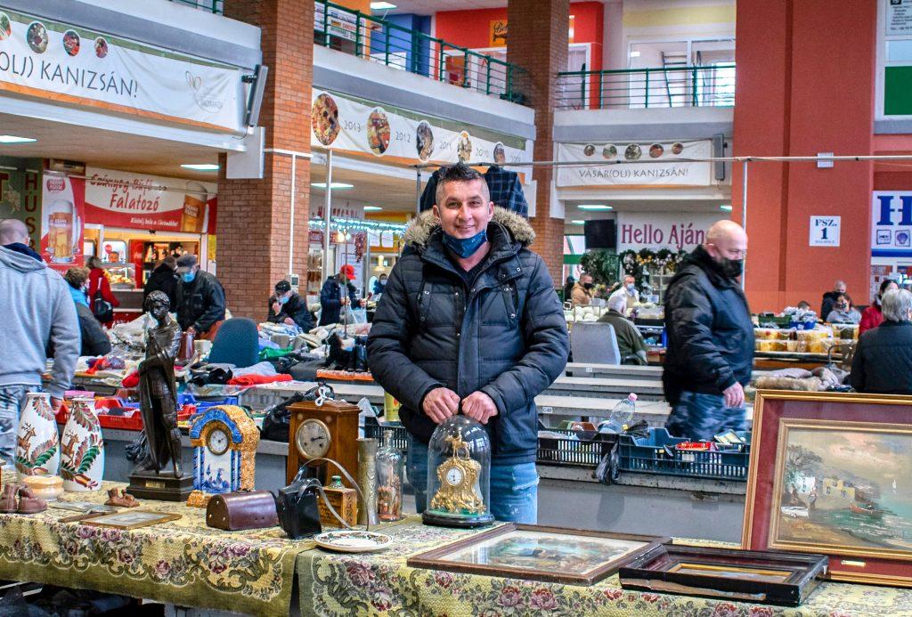 Faragó Tibor az antik kincseket rejtő standja mögött