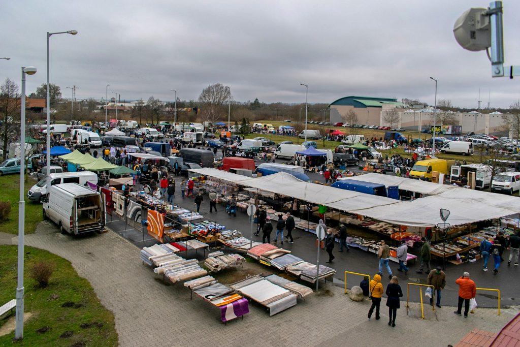 Vasárnapi bolhapiac a Vásárcsarnok nagy parkolójában